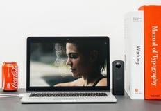 与介绍iPhone x 10的苹果计算机基调面对id 免版税库存照片
