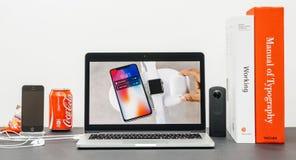 与介绍iPhone x 10的苹果计算机基调 库存图片