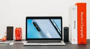 与介绍iPhone x 10的苹果计算机基调 免版税图库摄影