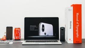 与介绍iPhone x 10的菲尔schiller的苹果计算机基调 库存照片