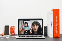 与介绍iPhone x 10纵向印刷的苹果计算机基调, 免版税图库摄影