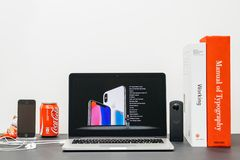 与介绍iPhone x的苹果计算机基调10个specs 免版税库存照片
