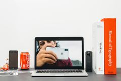 与介绍iPhone x的苹果计算机基调10张照片照相机 免版税库存图片