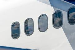 与从飞机窗口里边被观看的白色云彩的天空 免版税图库摄影