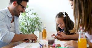 与他们的孩子一起的母亲和父亲图画 免版税图库摄影