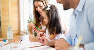 与他们的孩子一起的母亲和父亲图画 库存照片