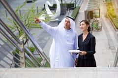 与他的协助的阿拉伯商人 免版税库存照片