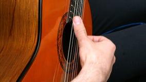 与他的手指的吉他弹奏者戏剧在一把音响木吉他 股票视频