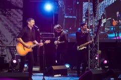 与他的摇滚乐队的Arsen Mirzoyan,在开头的生活音乐会Roshen喷泉,文尼察,乌克兰, 29 04 2017年,社论照片 免版税库存照片