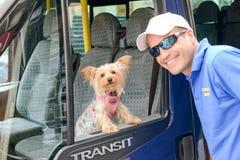 与他的狗的司机在维多利亚的一辆公共汽车 免版税库存图片