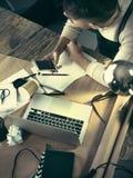 与他的笔记本一起使用在顶楼演播室一个有胡子的商人的画象 免版税库存照片