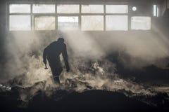 与他的锤子的一个铸造厂工作者剪影 免版税库存图片