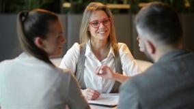 与代理的会议在办公室 年轻家庭买租赁公寓或议院 得到关键从地产商的家庭夫妇 影视素材