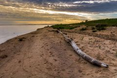 与令人惊讶的天空的美好的夏天日落在河 五颜六色的cloudscape 河岸 旅行在欧洲 拉脱维亚 图库摄影