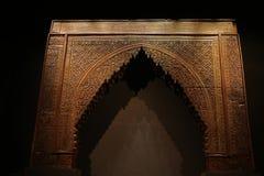 与令人敬畏的建筑学设计的古老门方式 图库摄影