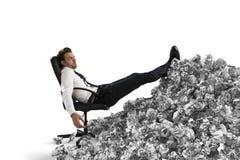 与任何地方纸板料的商人 埋没由官僚 劳累过度的概念 免版税库存图片