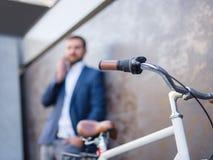 与企业交谈的商人,近自行车 图库摄影