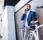 与企业交谈的商人,近自行车 免版税库存图片