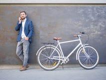 与企业交谈的商人,近自行车 库存图片