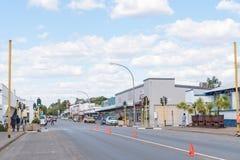 与企业的街道场面和车在楚梅布 库存照片