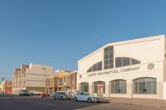 与企业的街道场面和车在鲸湾港 库存照片