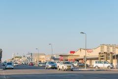 与企业的街道场面和车在鲸湾港 免版税库存照片