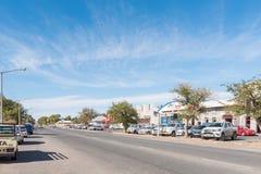 与企业的街道场面和车在Kakamas 免版税库存图片