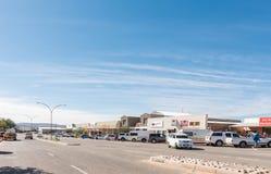 与企业的街道场面和车在Kakamas 免版税库存照片