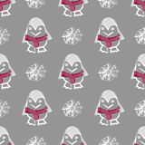 与企鹅动物的无缝的样式在逗人喜爱的红色毛线衣 不尽的纹理滑稽的极性冬天鸟 墙纸设计 库存照片