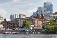 与伏尔加河的翼果城市 库存照片