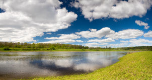 与伏尔加河洪水的美丽的春天风景墙纸  库存图片