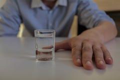 与伏特加酒瘾的奋斗 图库摄影