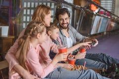 与休息在滑冰以后的饮料的家庭 免版税库存图片