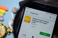与优惠券的Dhgate普遍的时尚购物编码dev应用程序与扩大化在智能手机屏幕 免版税库存照片