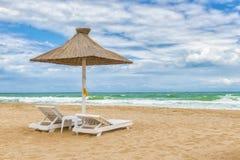与伞、美好的沙子、凉水和蓝色s的黑海海滩 库存图片
