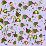 与伞和多雨下落的五颜六色的无缝的背景 免版税库存照片