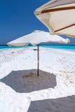 与伞和大海的美丽的热带马尔代夫白色沙子海滩 免版税库存照片
