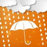 与伞和雨下落的云彩在橙色backgroun 库存图片