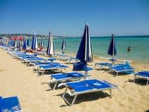 与伞和deckchairs的海滩 免版税图库摄影