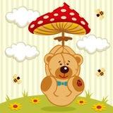 与伞形毒蕈的玩具熊 免版税库存照片