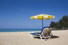 与伞的二张海滩睡椅 免版税库存图片