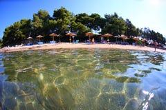 与伞的具球果海滩在Halkidiki 免版税库存图片