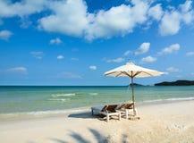 与伞的松弛椅子在海滩在芽庄市,越南 免版税图库摄影