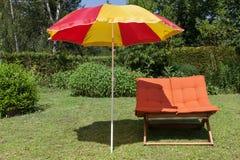 与伞的海滩睡椅 图库摄影