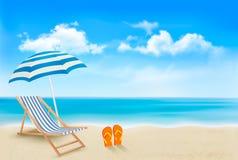 与伞的海边视图,海滩睡椅 免版税库存照片