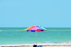 与伞的海滩在佛罗里达 免版税库存图片