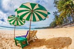 与伞的海滩睡椅在海滩 库存照片