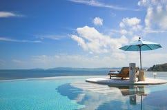 与伞的海滩睡椅在私人设备 免版税库存图片