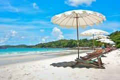 与伞的海滩睡椅 库存照片