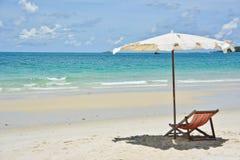与伞的海滩睡椅 库存图片